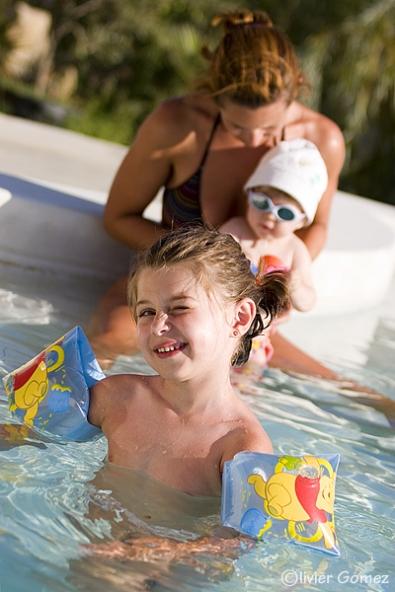 Filles piscine.jpg